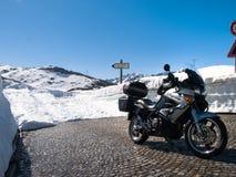 Gotthardpass, día de primavera soleado hermoso Fotografía de archivo libre de regalías