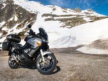 Gotthardpass, veículos no trânsito entre as paredes da neve Imagens de Stock Royalty Free