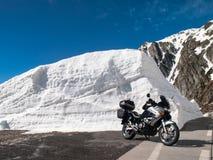 Gotthardpass, veículos no trânsito entre as paredes da neve Imagem de Stock Royalty Free