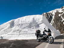 Gotthardpass, vehículos en tránsito entre las paredes de la nieve Imagen de archivo libre de regalías