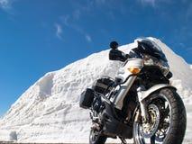 Gotthardpass, vehículos en tránsito entre las paredes de la nieve Foto de archivo libre de regalías