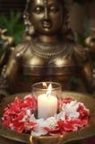 Gottheit-Skulptur mit den Blumenblumenblättern Lizenzfreies Stockbild