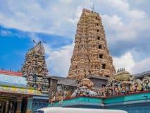 Gottheiten auf dem Dach eines hindischen Tempels lizenzfreie stockfotos