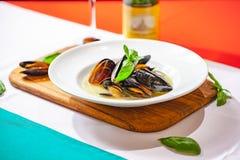 Gotujący mussels na bielu talerzu zdjęcia stock