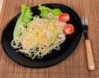 Gotujący spaghetti z garnelami, serem, pomidorami, sałatą i rozwidleniem, fotografia royalty free