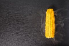 Gotująca żółta kukurudza z kontrparą słuzyć nad czerń łupku kamieniem z powrotem Zdjęcie Stock