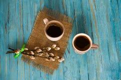 Gotująca czarna kawa z słodkim marshmallow obraz stock
