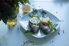 Gotująca ryba z cytryną Fotografia Stock