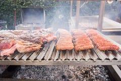 Gotujący asortowanego mięso piec na grillu Zdjęcia Stock