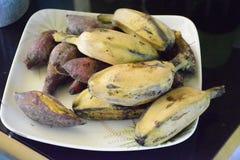 Gotujący banan i Camote obrazy stock