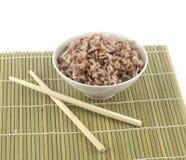 Gotujący czerwoni ryż w pucharze i chopstick Zdjęcie Stock