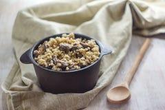 Gotujący dla garnka bulgur owsianka z pieczarkami Pojęcie właściwy zdrowy prosty i zdrowotny jedzenie zdjęcie royalty free