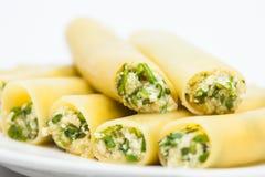 Gotujący i faszerujący cannelloni szpinaka i sera zdjęcia stock