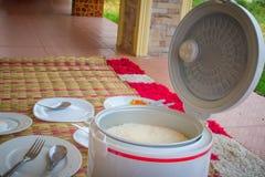 Gotujący jaśminowi ryż w elektrycznym ryżowej kuchenki garnku i przygotowywający słuzyć i jeść zdjęcia royalty free