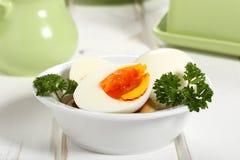 Gotujący jajka w ceramicznym pucharze fotografia stock