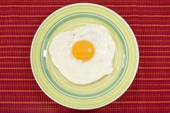 gotujący jajka zieleni talerz zdjęcie stock