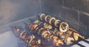 Gotujący kawałki wieprzowiny mięso na grillu przy lunchem outdoors Szaszłyk przygotowywający dalej otwiera ogień zbiory