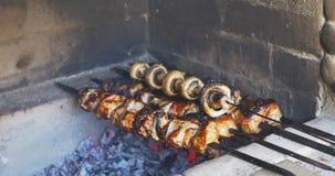 Gotujący kawałki wieprzowiny mięso na grillu przy lunchem outdoors Szaszłyk przygotowywający dalej otwiera ogień zdjęcie wideo