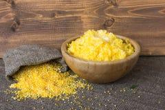 Gotujący kukurydzani pyły w pucharze z masłem Baggie suchy zboże pojęcia zdrowe jedzenie obraz stock