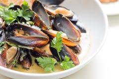Gotujący mussels w a z pucharem zdjęcia stock