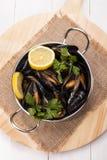Gotujący mussels z cytryna plasterkami i pietruszka w metalu rzucają kulą Zdjęcia Royalty Free