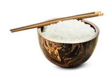 Gotujący ryż w drewnianym pucharze Zdjęcie Stock