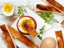 Gotujący się jajko z grzankami zdjęcia stock