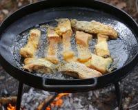 Gotujący się w oleju na rozpieczętowanym ogieniu, smaży rybi polędwicowego Zdjęcia Royalty Free