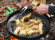 Gotujący się w oleju na rozpieczętowanym ogieniu, smaży rybi polędwicowego Zdjęcia Stock