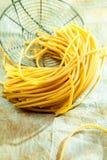 Gotujący Włoski spaghetti na starym drucianym durszlaku zdjęcia stock