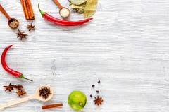 Gotujący z pikantność, wanilia, cynamon na kuchennego stołu tła odgórnego widoku egzaminie próbnym zdjęcie stock