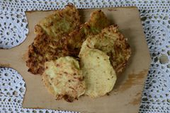 Gotujący cutlets od courgettes w domowej kuchni Zdjęcie Royalty Free
