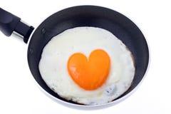 gotujący jajka formy serce Zdjęcia Royalty Free