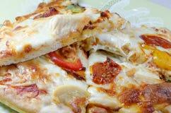 Gotujący kurczaka i warzywa pizzy plasterki Obrazy Royalty Free
