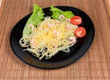Gotuj?cy spaghetti makaron z garnelami, serem, czere?niowymi pomidorami i sa?at?, obrazy stock