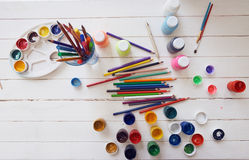 Gouache bürstet Bleistifte für das Zeichnen auf eine Tabelle Lizenzfreie Stockfotografie