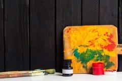 Gouache con los cepillos Fotografía de archivo libre de regalías