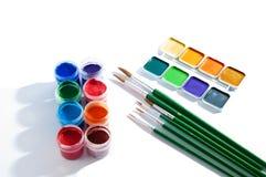 Gouache- och vattenfärgmålarfärg med borsten Royaltyfria Bilder