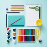 Gouache, Plasticine, färbte Bleistifte, Album für das Zeichnen mit Kopienraum für Text Briefpapier auf einem tiffany Blau stockfoto