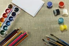 Gouache tofsar, vattenfärgmålarfärg, vitt ark av papper all fo royaltyfri foto