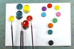 Gouache tofsar, vattenfärgmålarfärg, vitt ark av papper all fo arkivfoto