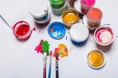 Gouachefarbe, Bürsten und farbige Bleistifte auf einem hellen Hintergrund Lizenzfreies Stockfoto