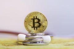 Goud bitcoin met stethoscoopcontrole omhoog van witte Gezondheidszorg als achtergrond stock afbeeldingen