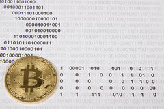 Goud bitcoin op de achtergrond van binaire code Royalty-vrije Stock Afbeeldingen