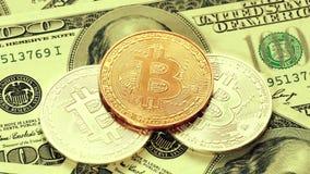 Goud bitcoins en dollars Nieuw en oud geld Virtueel Geld stock videobeelden