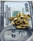Goud en de Rekening van Honderd Dollars Stock Foto