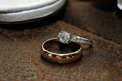 Goud en Diamond Wedding Ring op Leeroppervlakte royalty-vrije stock afbeelding