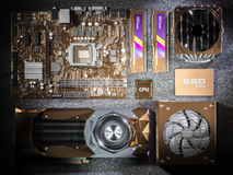 Goud geplateerde PC-hardwarecomponenten op zwarte achtergrond het 3d teruggeven Stock Afbeelding