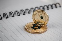 Goud peercoin en goud bitcoin Stock Afbeeldingen