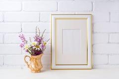 Goud verfraaid kadermodel met binnen kamille en purpere bloemen Royalty-vrije Stock Foto